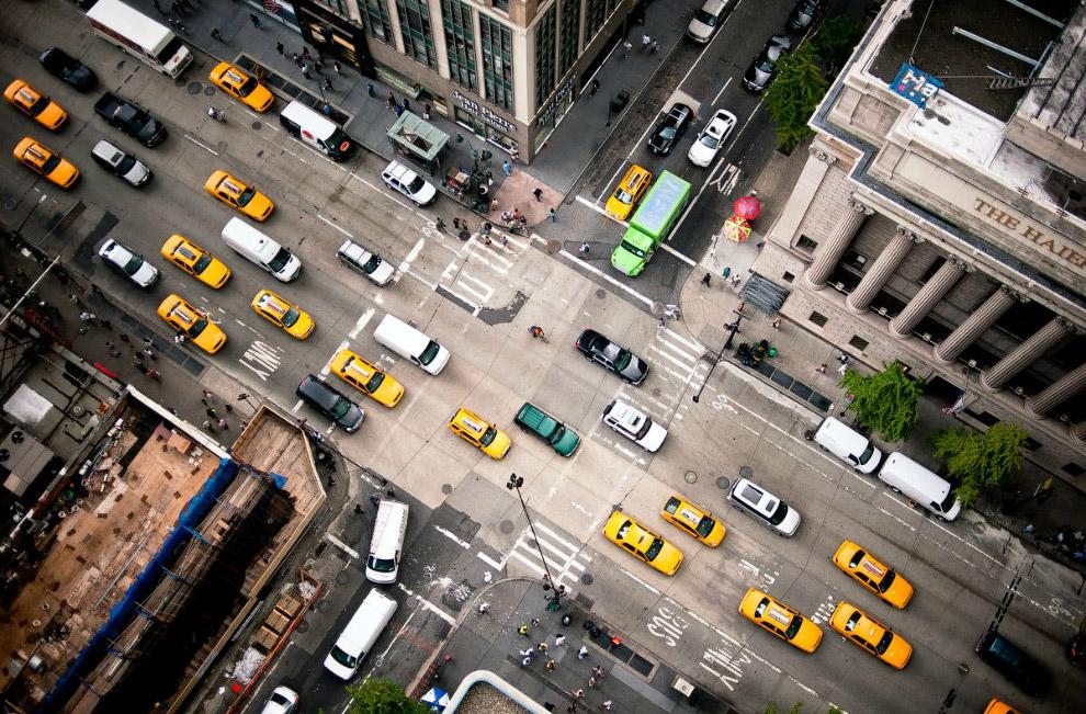 Шестая авеню — важная главная дорога нью-Йоркского района Манхэттена, где транспорт движется на север или на окраину в спальные районы