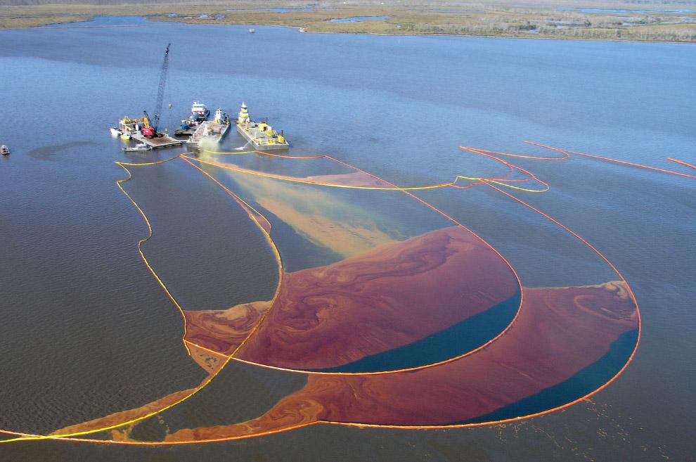 Собирание разлившейся нефти