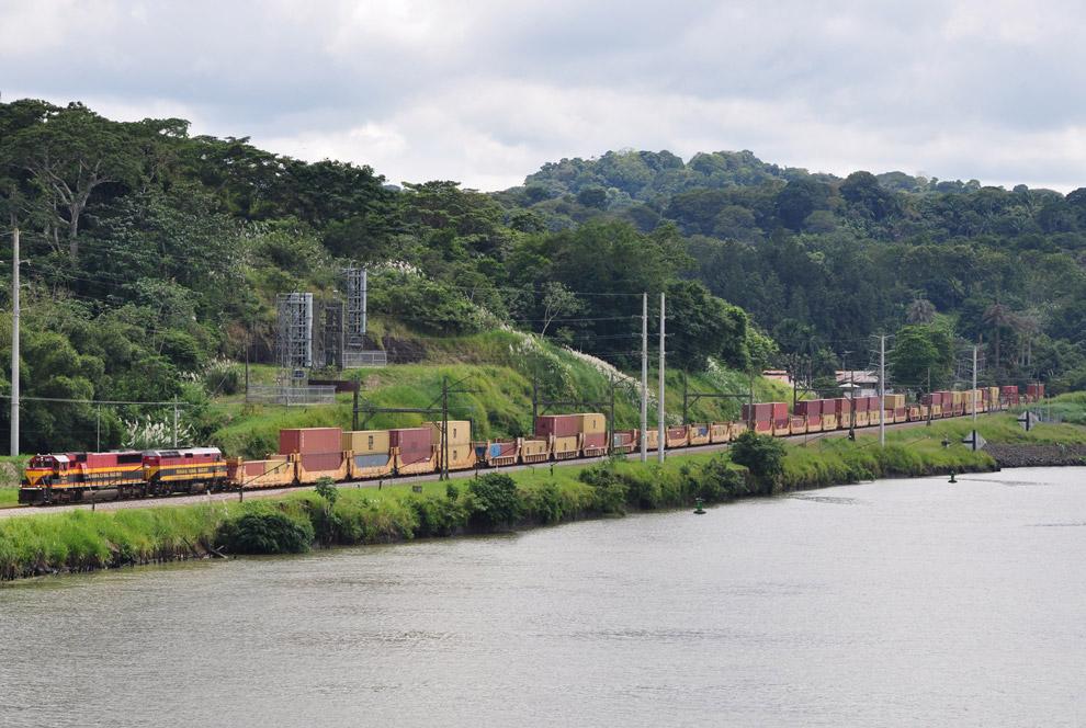 Вдоль трассы Панамского канала проходит железная дорога