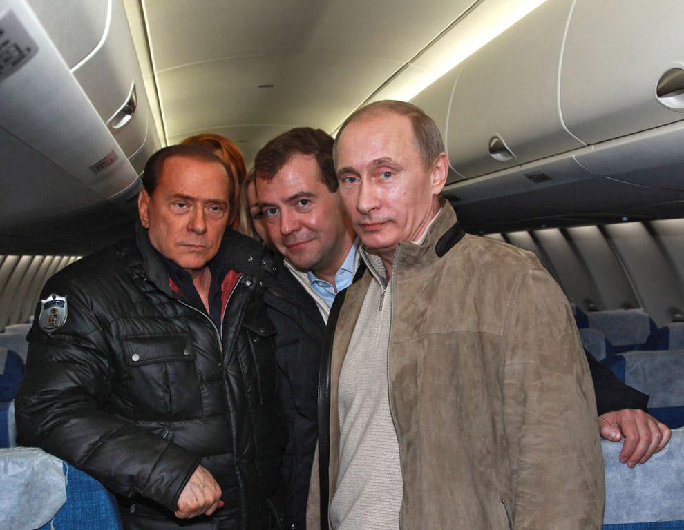 Сильвио Берлускони с Владимиром Путиным и Дмитрием Медведевым осматривает новый российский пассажирский самолет