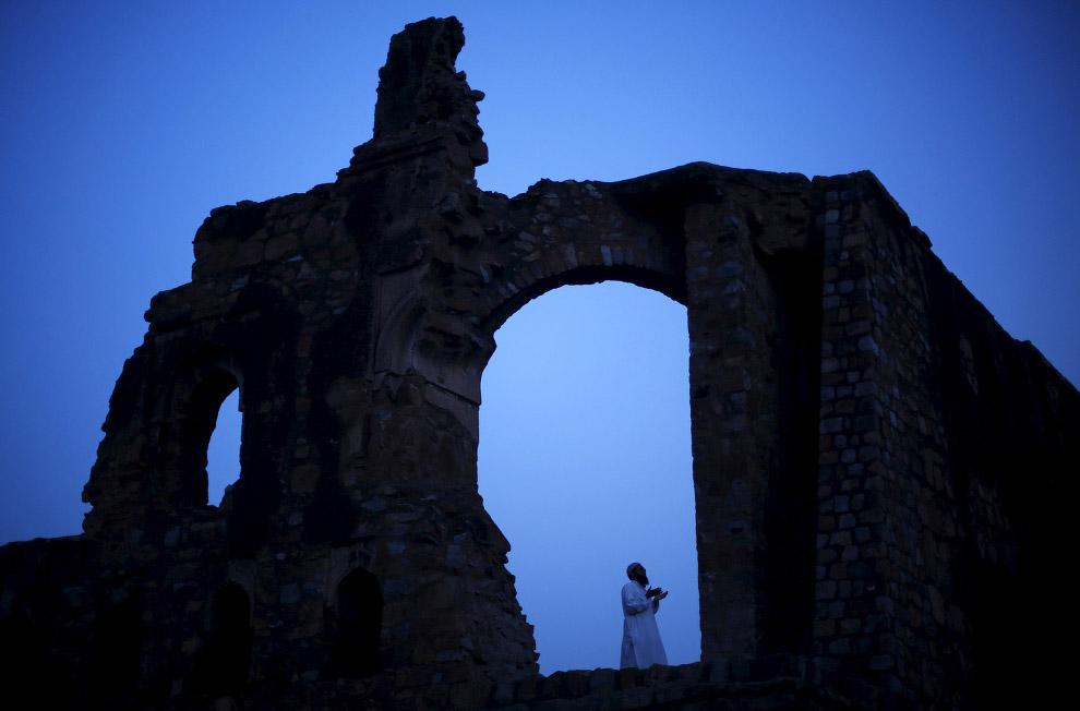 Вечерняя молитва в Нью-Дели в руинах мечети Фероз Шах Котла, Индия