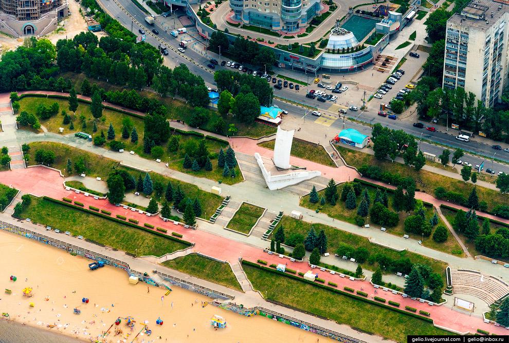 Стела установлена на Октябрьской набережной в 1986 г. в честь 400-летия образования Самары.