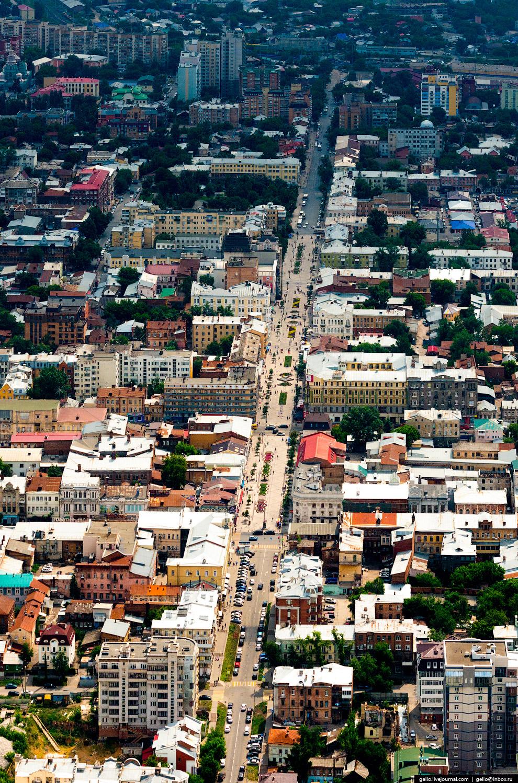 Улица пересекает исторический центр города и доходит до Волги.