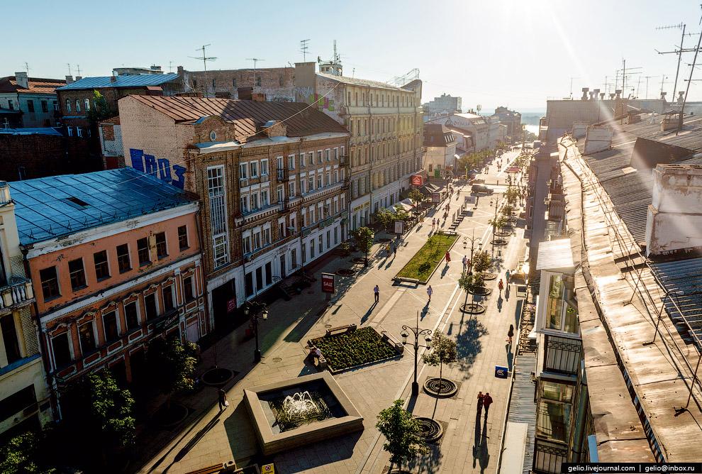На Ленинградской сохранились исторические здания середины XIX - начала XX века.