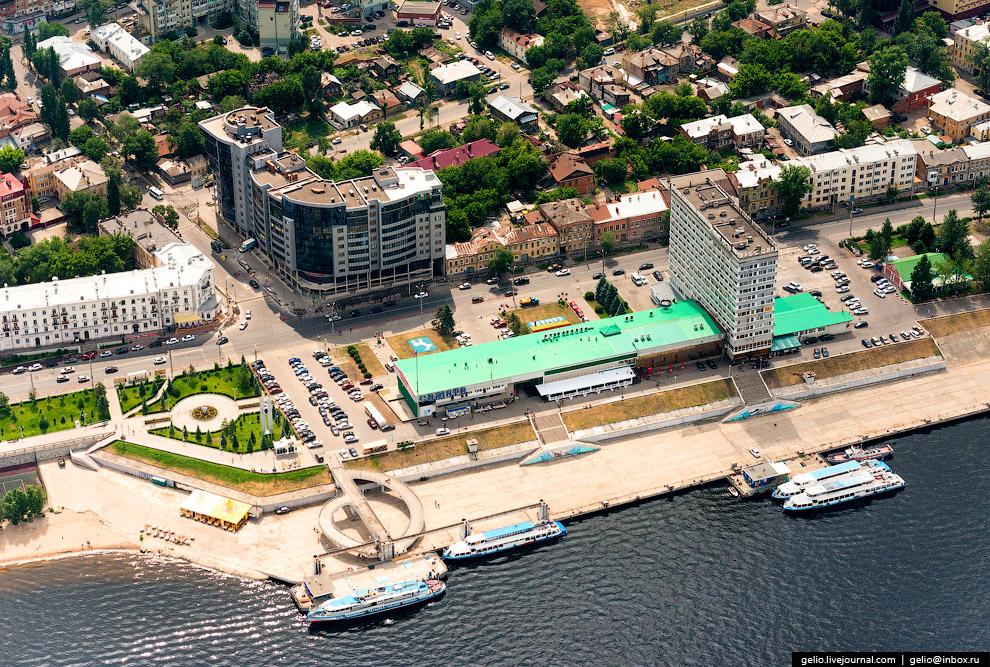 Речной вокзал и гостиница «Россия».