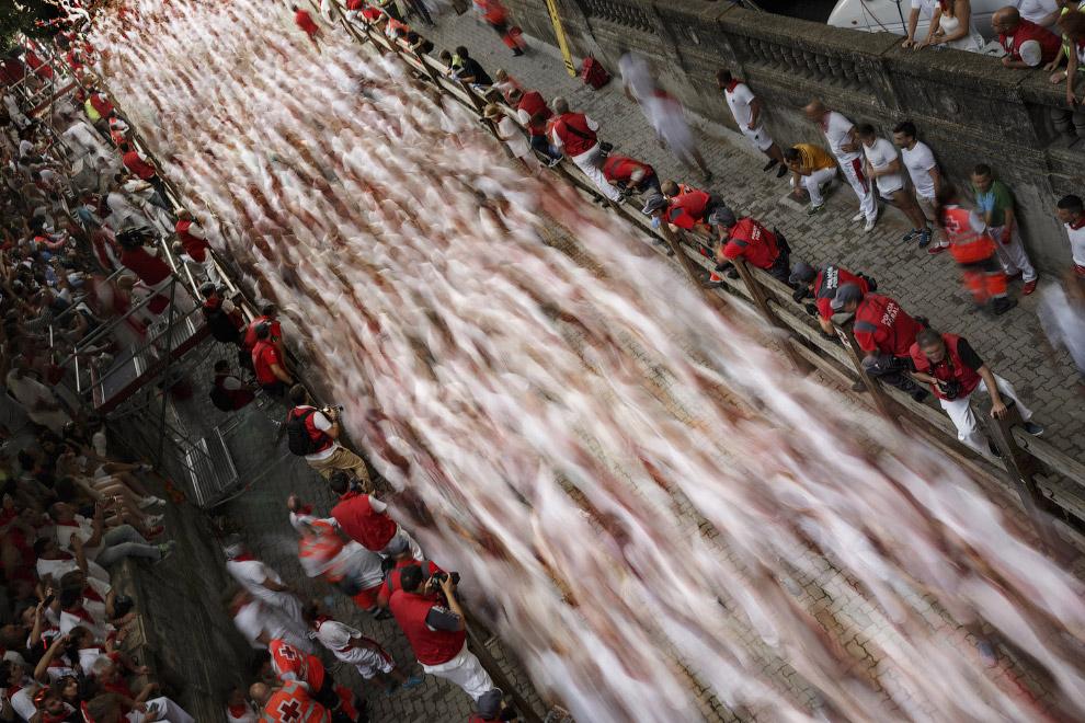 Так выглядит бегущая впереди быков толпа на длинной выдержке
