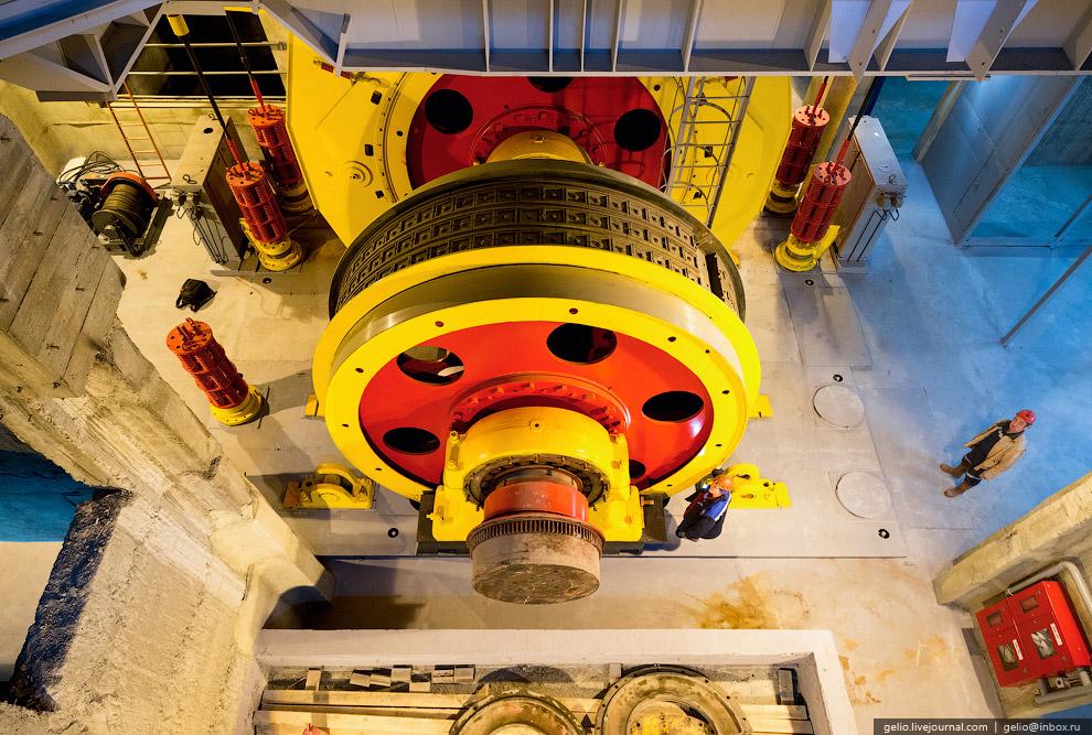 Под крышей копра установлена подъемная машина, весом 120 тонн, мощностью 5 мегаватт и диаметром 5 метров.