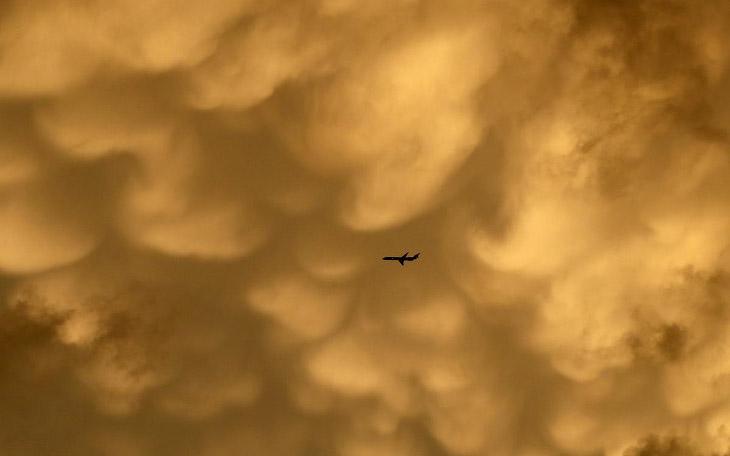Самолет и облака в Чикаго