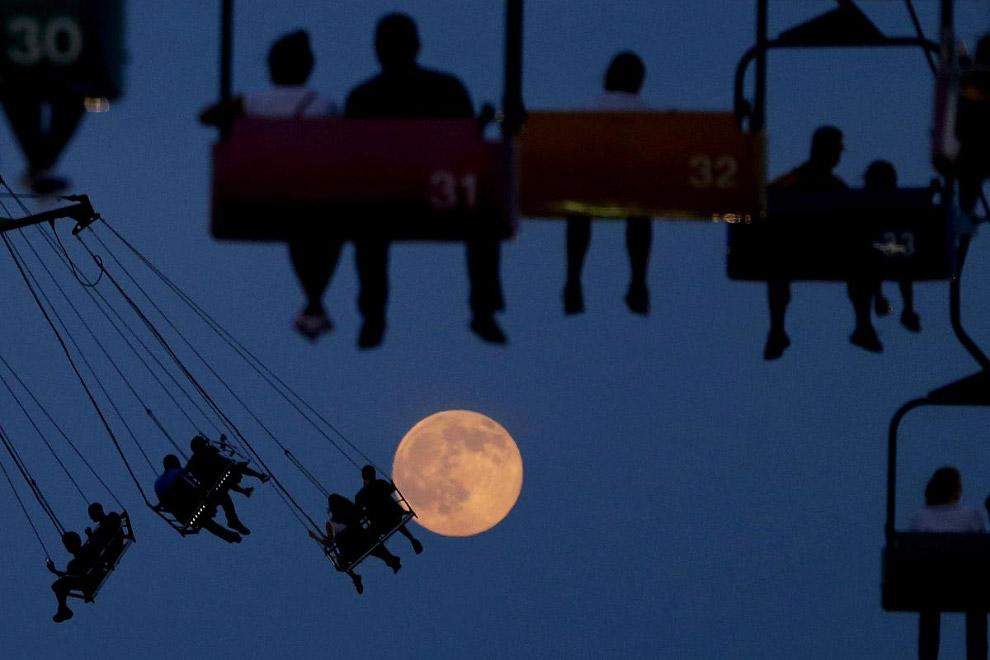 Луна и качели