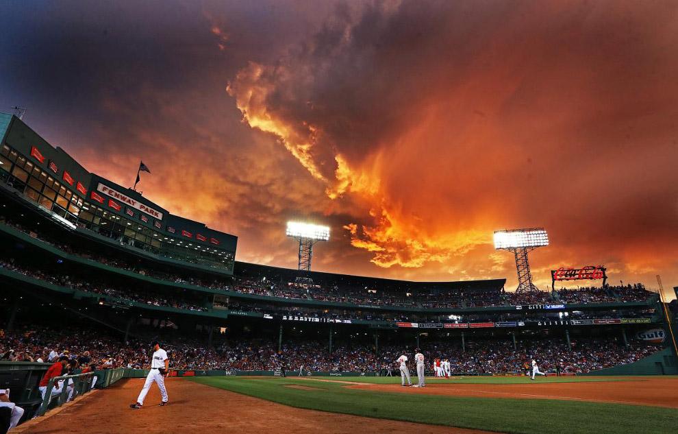 Адские облака на небе во время бейсбольного матча в Бостоне