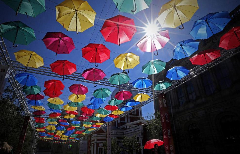 Арт-инсталляция «Аллея летающих зонтов» в центре Санкт-Петербурга