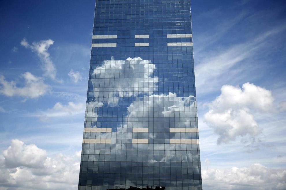 Облака и зеркальное здание