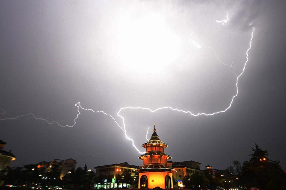 Молнии над над пагодой на востоке Китая