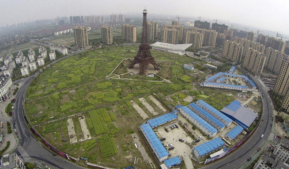 Копия Эйфелевой башни и жилых кварталах в Ханчжоу, провинция Чжэцзян