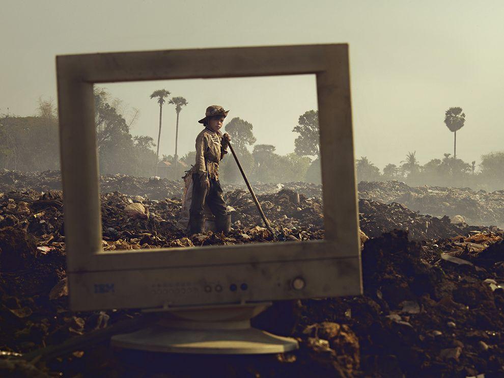Дети работают на мусорной свалке в Камбодже