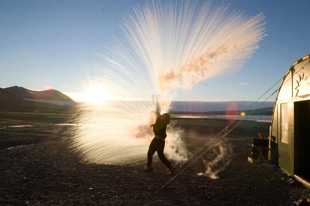 Ученые бросают горячую воду вверх и смотрят, как они превращаются в кристаллы льда и пара