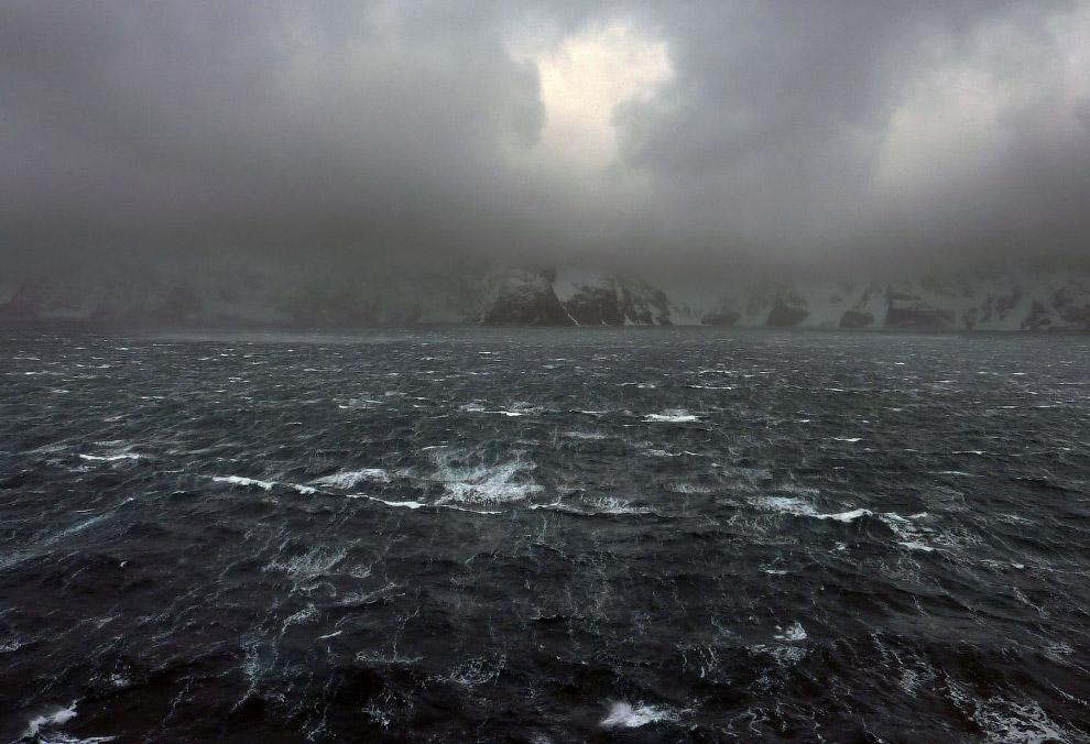 Пронзающие ветра гонят волны по поверхности океана