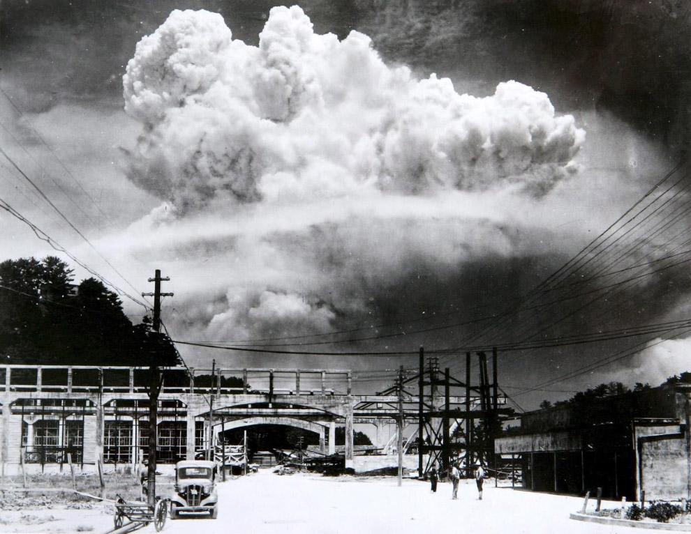 Гриб от взрыва атомной бомбардировки Нагасаки 9 августа 1945 года
