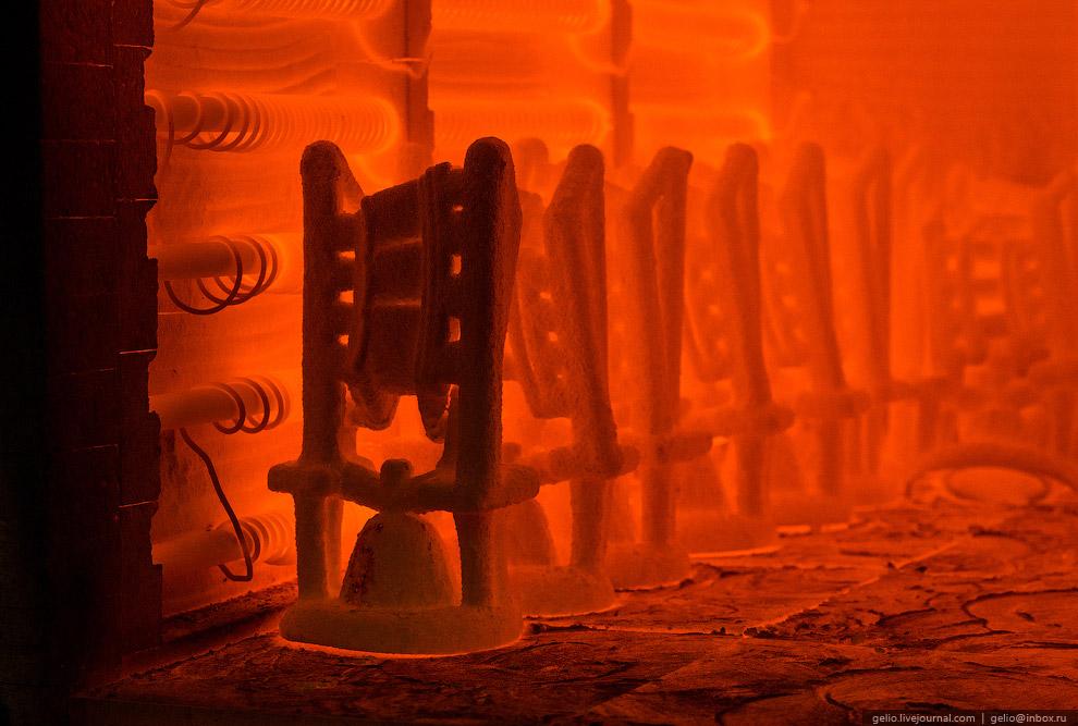 Прокалка керамических форм лопаток в электрической печи.