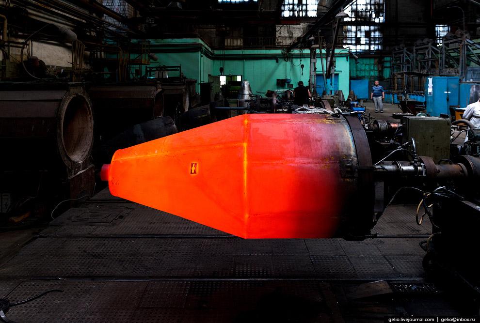 Процесс индукционной пайки сопла камеры сгорания ракетного двигателя. Температура процесса составляет 975°C.
