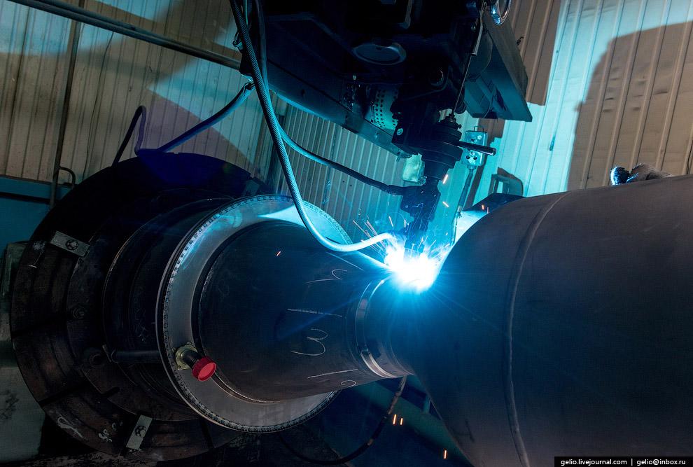Установка полуколец на критическое сечение камеры сгорания ракетного двигателя на участке сварки.