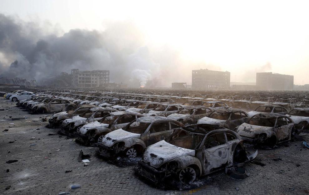 Сгоревшие автомобили стройными рядами