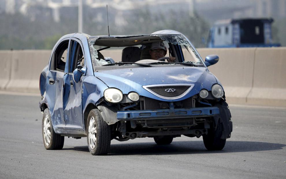 Искореженный взрывом китайский автопром