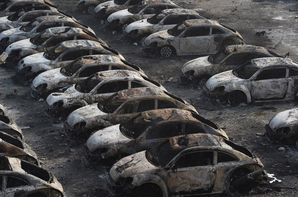 Сгоревшие «жуки» недалеко от места взрыва