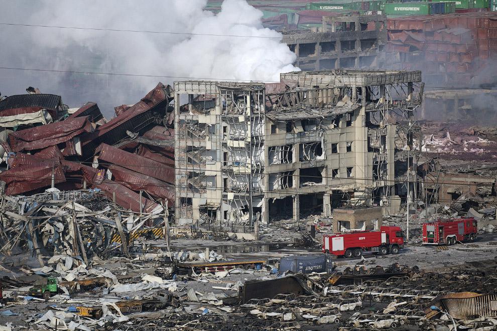 Здания, контейнеры из порта, машины — все вперемешку от техногенной катастрофы в Китае