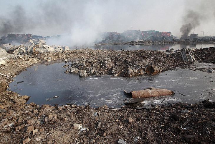 Неизвестная жидкость рядом с местом взрыва
