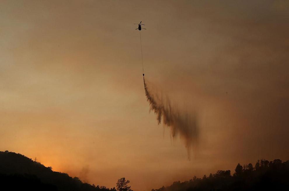 Наиболее эффектно смотрятся в действии пожарные самолеты и вертолеты