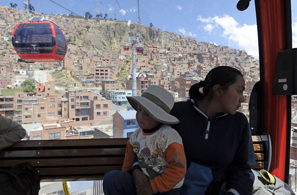 Ла-Пас расположен на берегу одноимённой реки на высоте 3 600 м над уровнем моря