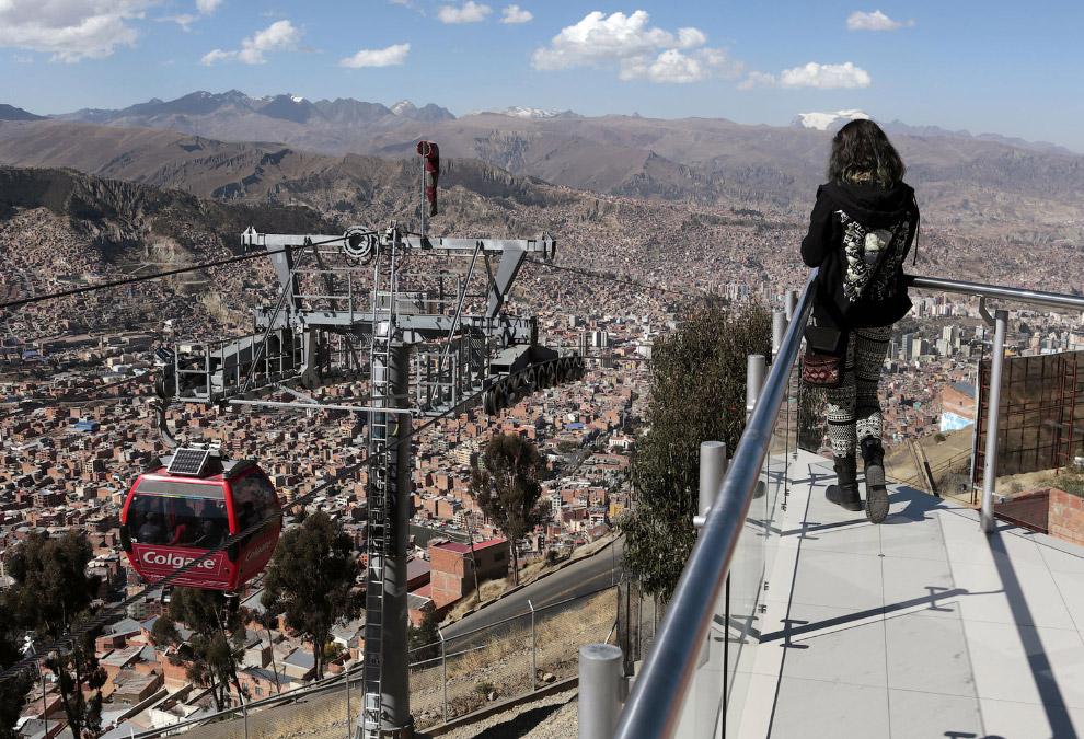 Вид на канатную дорогу в городе Ла-Пас