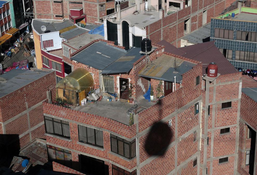 С «городской маршрутки», которой по сути и является эта канатная дорога, можно обозревать крыши и быт боливийцев