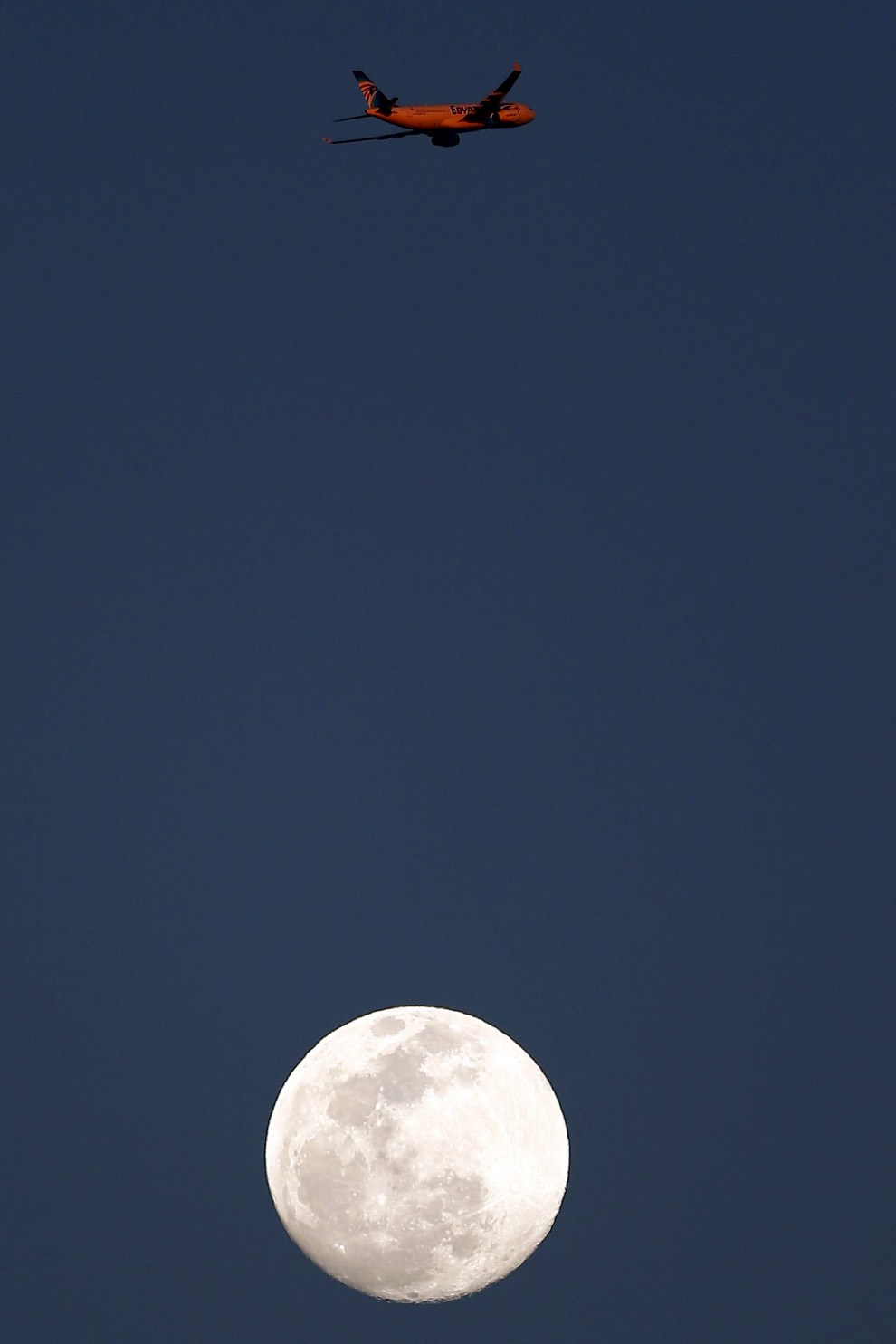 Луна и самолет в Каире