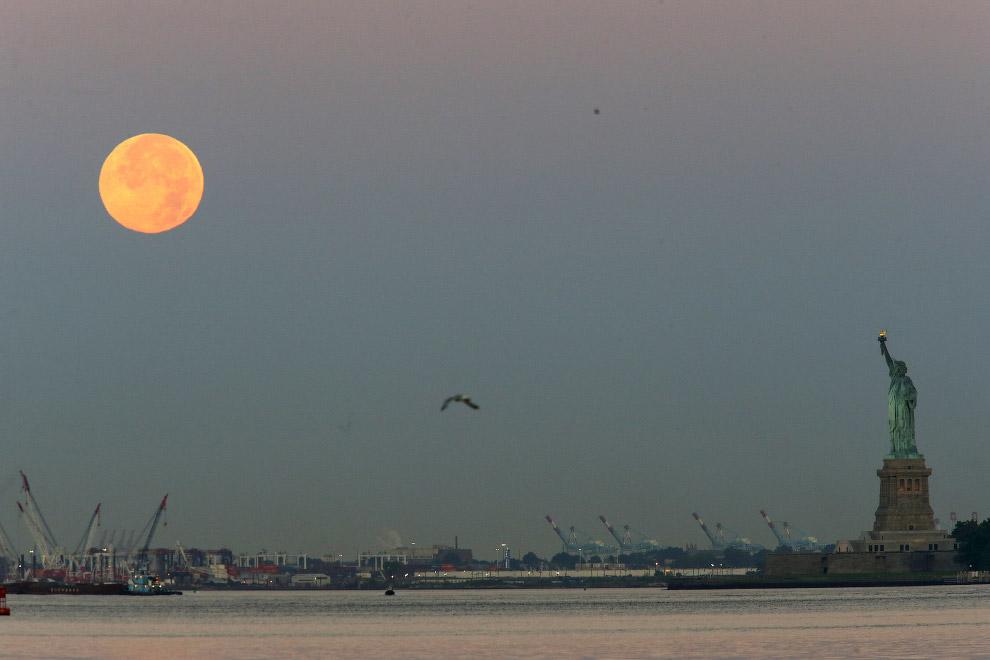 Луна и Статуя Свободы в Нью-Йорке