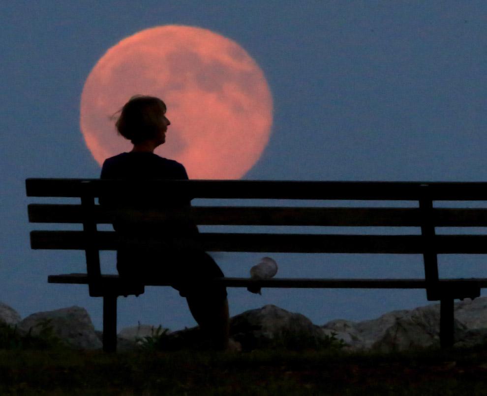 Голубая Луна над озером Мичиган, США