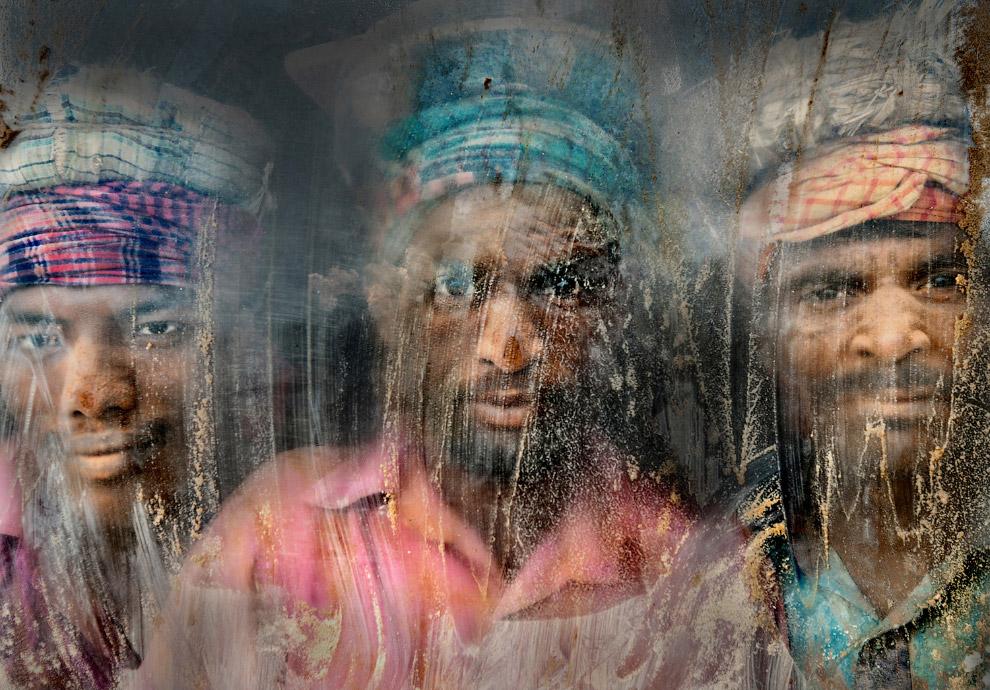Рабочие смотрят через грязное стекло в Читтагонге, Бангладеш
