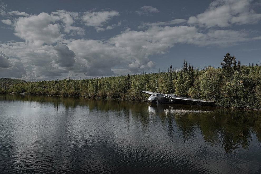Самолет Bristol 170 Freighter упал на озере Биверлодж, провалившись стойкой шасси под лед 30 мая 1956 года
