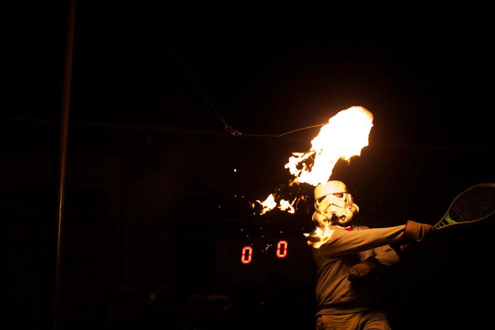 Теннис с горящим рулоном туалетной бумаги