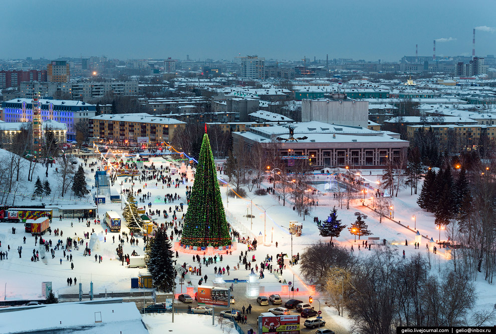 Главная ёлка города на площади Сахарова.