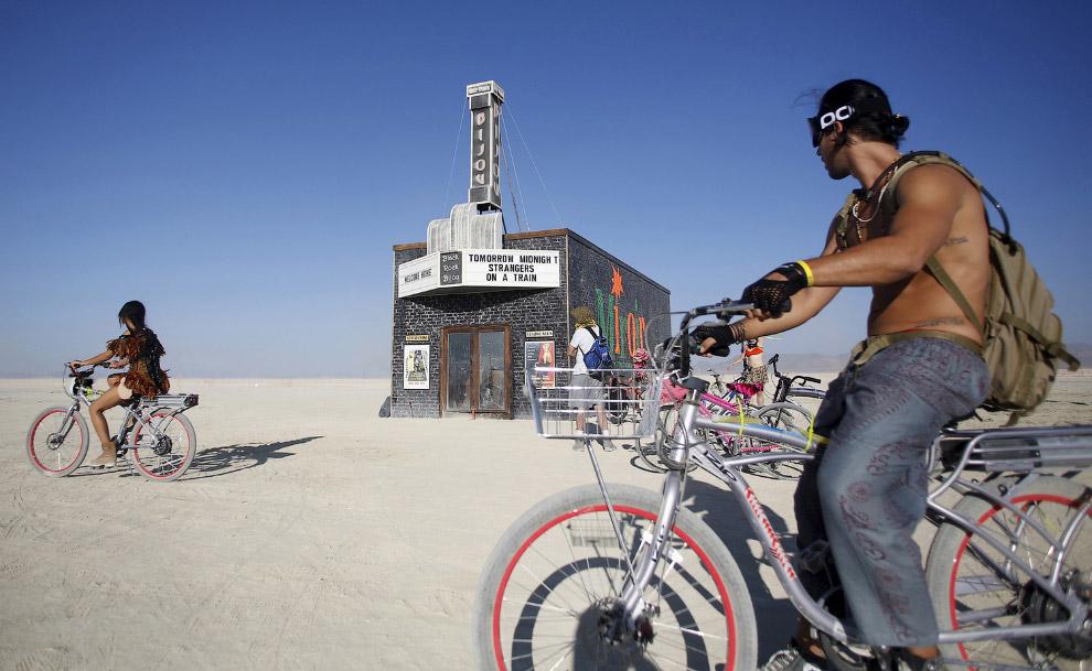 Местный кинотеатр. Посреди пустыни