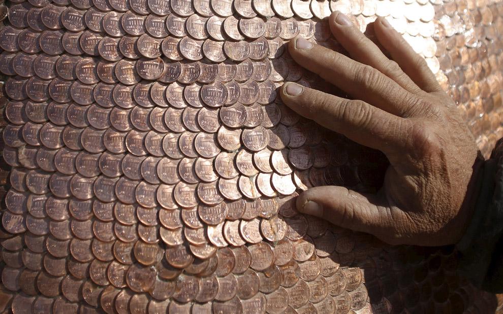 Гусь не простой, а почти золотой: он сделан из 120 000 монет