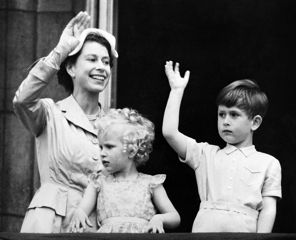 Королева Елизавета II и ее дети - принц Чарльз и принцесса Анна