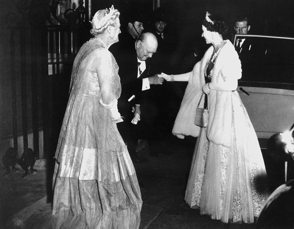 Уинстон Черчилль и королева Елизавета II