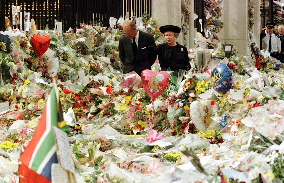 Королева и герцог Эдинбургский осматривают букеты цветов, положенные около Букингемского дворца в память о погибшей принцессы Дианы
