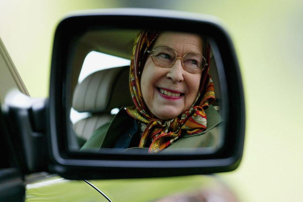 Королева за рулем автомобиля
