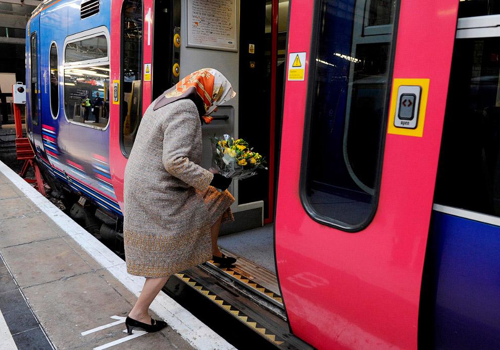 Королева садится в поезд