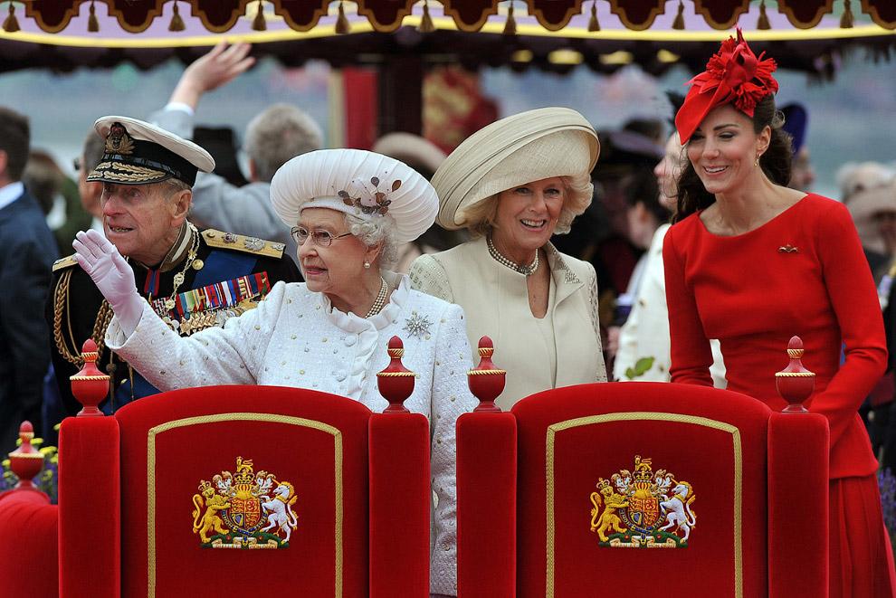 Королева в сопровождении принца Филиппа, Камиллы и Кейт Миддлтон в королевской барже на Темзе