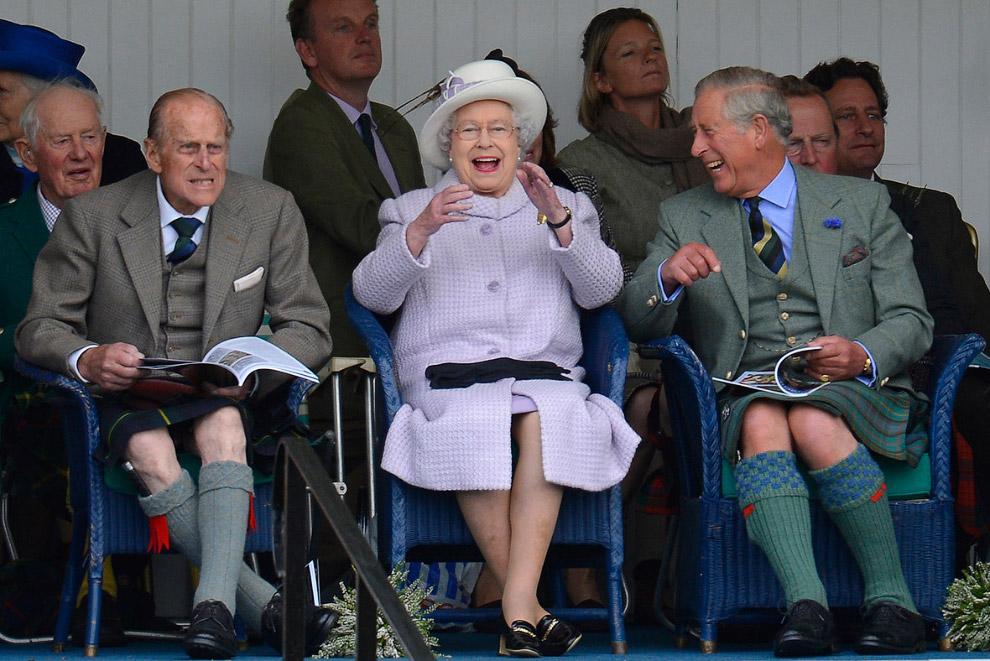 Принц Филипп, королева и принц Чарльз наблюдают за гонками в мешках